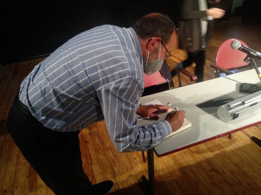 Medio centenar de personas arroparon al histórico militante y ex concejal Juan Luis Vallina en la presentación en Llanera de su libro de memorias